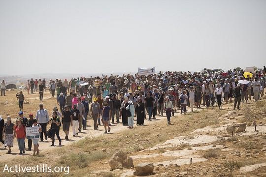 מאות פעילים פלסטינים, ישראלים ובינלאומיים צועדים לכיוון הכפר הפלסטיני סוסיא, במחאה על כוונת ישראל להרוס את הכפר ולגרש את תושביו. דרום הר חברון, 24 ליולי 2015 (אורן זיו/אקטיבסטילס)