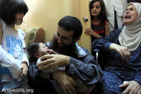 עם שחרורו ממעצר מנהלי לאחר ששבת רעב במשך 54 ימים (אחמד אל-באז/אקטיבסטילס)