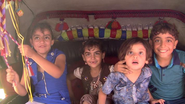 ילדי משפחת עוואג'ה נהנים מטיול בסוס וכרכרה בעיר עזה לכבוד עיד אל-פטר (צילום: ג'ן מרלו)