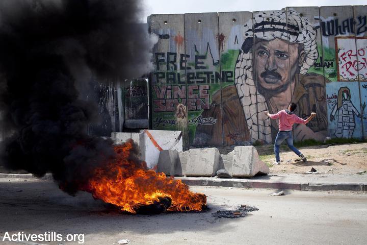 """""""גלריית החומה"""": דיוקנו של יאסר פעראת על חומת ההפרדה, סמוך למחנה הפליטים קלנדיה (צילום: אורן זיו/אקטיבסטילס)"""