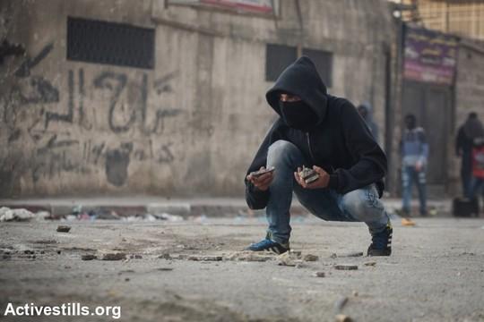 זורק אבנים, שועפט, ירושלים המזרחית (פאיז אבו-רמלה / אקטיבסטילס)