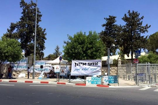 """אוהל הצום של """"נשים עושות שלום"""" מול בית ראש הממשלה (מיכאל סולסברי-כורך)"""