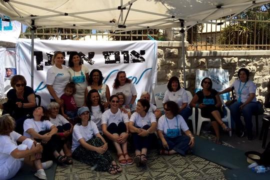 """הנשים הצמות ביום הראשון לפעולה. אוהל הצום של """"נשים עושות שלום"""" מול בית ראש הממשלה (מיכאל סולסברי-כורך)"""