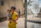 אישה ובנה התינוק עומדים באזור שנפגע ע״י טילים ששוגרו מרצועת עזה, שדרות, 15 ביולי 2014. (יותם רונן/אקטיבסטילס)