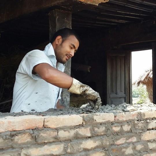 ג'יוואן בונה מחדש את ביתו