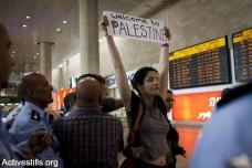 """מעצר של פעילה שהגיעה לתמוך במטס, נתב""""ג, 2012. הכניסה לישראל נמנעה מעשרות פעילים (אורן זיו / אקטיבסטילס)"""