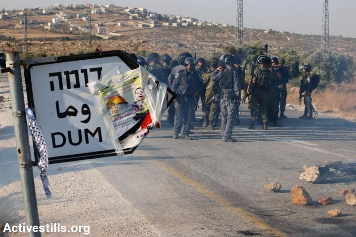 חיילים מחוץ לכפר דומא בעקבות ההצתה (אחמד אל-באז / אקטיבסטילס)
