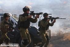 חיילים יורים לעבר הפגנה לאחר ההצתה בכפר דומא (אחמד אל-באז / אקטיבסטילס)