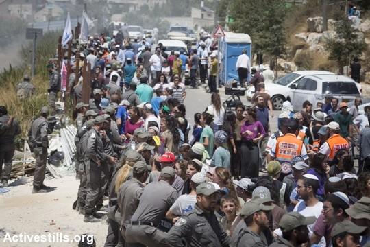עימותים שוטרים למתנחלים בזמן הריסת בתי דריינוף בהתנחלות בית אל, 29 ביולי 2015. המבנים, הממוקמים על אדמה פלסטינית בבעלות פרטית, נהרסו תחת פסיקת בג״צ. (אורן זיו/אקטיבסטילס)