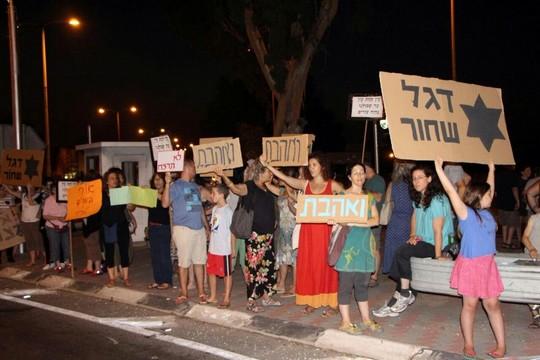 כמאה מפגינים נגד הומופוביה וגזענות בגן שמואל (צילום: אילן שריף)
