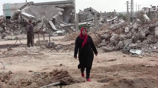 סאברין אל-טרטור, עובדת השטח של המרכז הפלסטיני לזכויות אדם, במהלך הביקור בשג'אעיה (ג'ן מרלו)