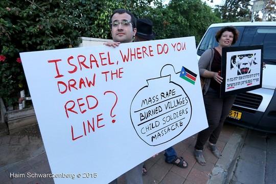 """""""ישראל, איפה אנחנו מותחים את הקו האדום?"""" הפגנה מול בית שגריר דרום סודן בישראל. צילום: חיים שוורצנברג"""