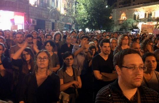 אלפים התכנסו בכיכר ציון בירושלים יומיים לאחר פיגוע הדקירה במצעד הגאווה בעיר (רות מרום)
