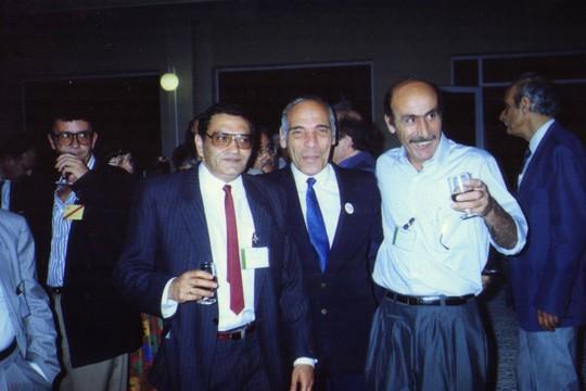 מימין לשמאל: השחקן יוסי שילוח, לטיף דורי וכוכבי שמש - בכנס המזרחי-פלסטיני בטולדו, 1989