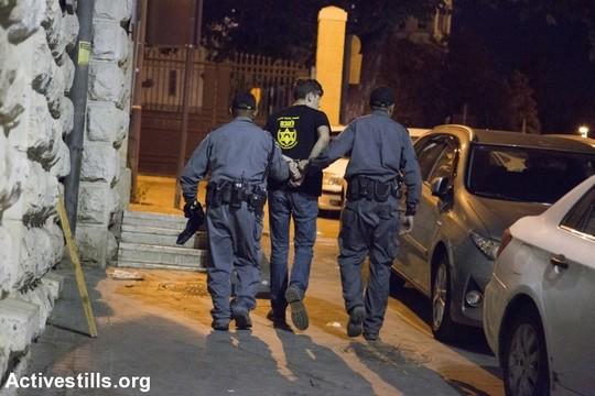 """שוטרים עוצרים פעיל להב""""ה במהלך הפגנת זעם של קהילת הלהט""""ב לאחר פיגוע הדקירה במצעד הגאווה בירושלים. (קרן מנור/אקטיבסטילס)"""