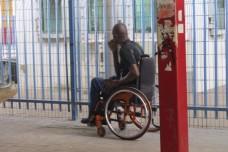 על כסא גלגלים, בשרב הכבד, מול מחסום קלנדיה