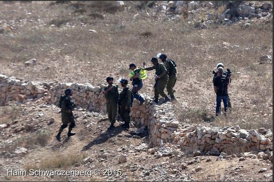 חיילים עוצרים את בילאל תמימי ודוד ריב במהלך הפגנה בנבי סלאח (צילום: חיים שוורצנברג)