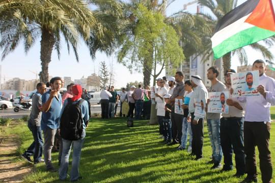 מפגינים מול בית החולים סורוקה דורשים את שחרורו ומוחים נגד הכוונה להזינו בכפיה (צילום: אברהים אבו סיאם)
