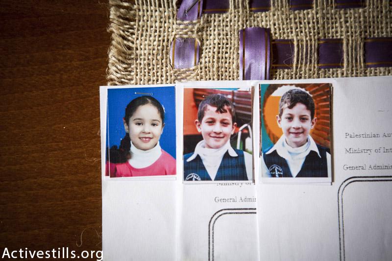 תמונות של אפנאן וואסאם (8), ג׳יהאד עיסאם (11) שונאבאר ווואסאם (8), שצולמו בבית המשפחה בעיר עזה, נובמבר 17, 2015. שלושת הילדים נהרגו בהתקפה ישראלית בזמן האכלת ציפורים על גג הבית ב 17 ביולי, 2014. (אן פאק / אקטיבסטילס)
