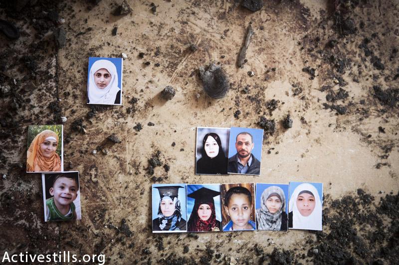 תמונות של עשרה מבני משפחת בלטה מצולמות על הריסות בית המשפחה, מחנה הפליטים ג׳באליה, עזה, ספטמבר 9, 2014. (אן פאק / אקטיבסטילס)