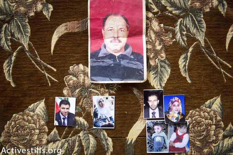 תמונות משפחת מוחמד אטה אל נאג׳ר מצולמות בבית האח בחאן יוניס, עזה, 18 פברואר, 2015. שמונה חברי משפחה נהרגו בהתקפה ישראלית על הבית ב 29 ליולי, 2014.