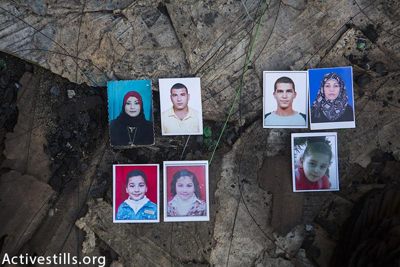 תמונות של כ-7 מתוך שמונה בני משפחת אל-ח׳אליל שנהרגו במתקפה ישראלית, מצולמות במקום בו נהרגו, העיר עזה, 27 בנובמבר, 2014. (אן פאק / אקטיבסטילס)