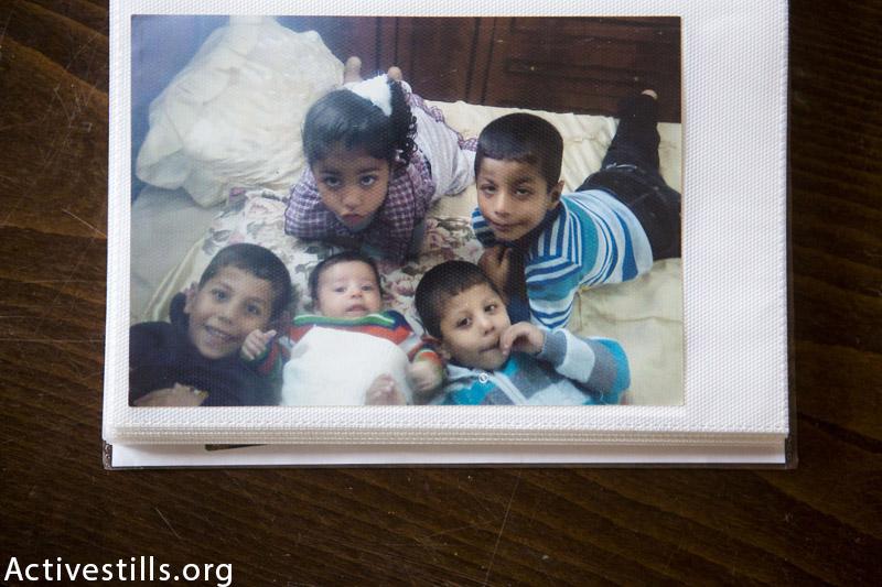 תמונת חמשת ילדי משפחת סיאם, מתוכם 4 נהרגו וניצל באדר (ימין תמונה), מצולמת בבית המשפחה ב 13 לנובמבר, 2014. 13 מחברי המשפחה נהרגו מפגיעל טיל ישראלי ב 21 ליולי, 2014, כאשר המשפחה ברחה ברחוב מן ההתקפות. באדר נפצע קשה ואביו שנותר בחיים איבד יד. (אן פאק / אקטיבסטילס)