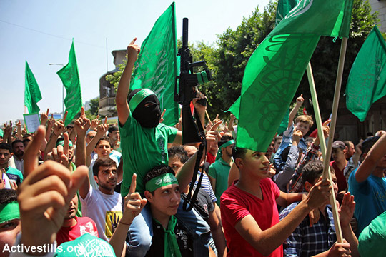 צעירים עם דגלי חאמס ונשקים משתתפים בהפגנת סולידריות עם עזה, שכם, הגדה המערבית, 16 באוגוסט 2014. (אחמד אל-באז/אקטיבסטילס)
