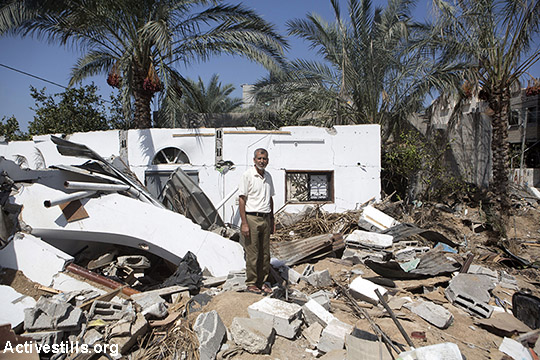 מוסטפא אל-לאווח עומד מול הריסות ביתו שהופצץ ב-20 באוגוסט 2014, דיר אל בלח, עזה. מוסטפא שרד את ההפצצה כיוון שהתעורר לתפילה והלך למטבח. ביתו והבית של בנו רפת נהרסו כליל ושמונה מבני משפחתו נהרגו, בינהם 3 מבניו ו-3 מנכדיו. שניים מילדיו של מוסטפא שרדו, שניהם נפצעו במהלך ההתקפה. התמונה צולמה ב-16 בספטמבר 2014, כחלק מפרוייקט #ObliteratedFamilies . (אן פאק/אקטיבסטילס)