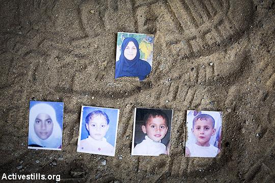 """בתמונה: תמונות של חמישה בני משפחת ג'ודה מוצגות בגינה בה נהרגו: האם ראוויה (43) וילדיה (שורה שנייה משמאל לימין), תנזים (14), רגד (12), אוסמה (6), ומוחמד עיסאם ג'ודה (8). התקיפה אירעה ב -24 באוגוסט 2014, כשטיל נורה ממזל""""ט ישירות על המשפחה ששהתה בגינת ביתם עקב החום הכבד. אב המשפחה ושניים מילדיו שרדו את ההפצצה. ג'בליה, עזה. התמונה צולמה ב-19 במרץ 2015 כחלק מפרוייקט #ObliteratedFamilies . (אן פאק/אקטיבסטילס)"""