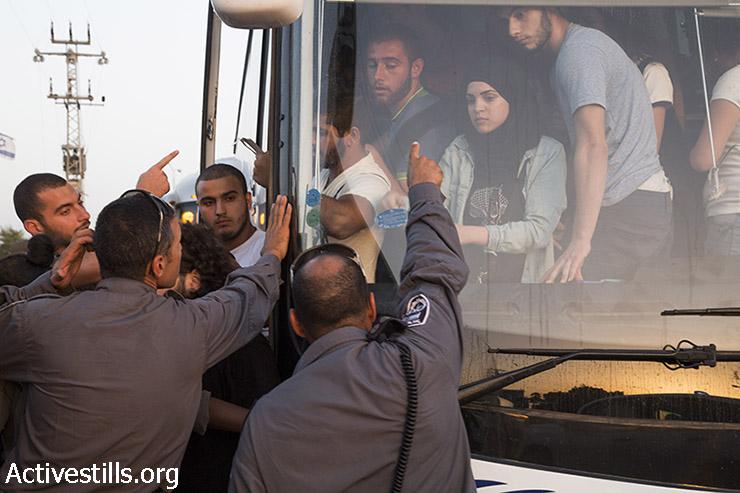 """שוטרי יס""""מ מנסים למנוע ממפגינים למען מוחמד עלאן לרדת מהאוטובוס (קרן מנור / אקטיבסטילס)"""