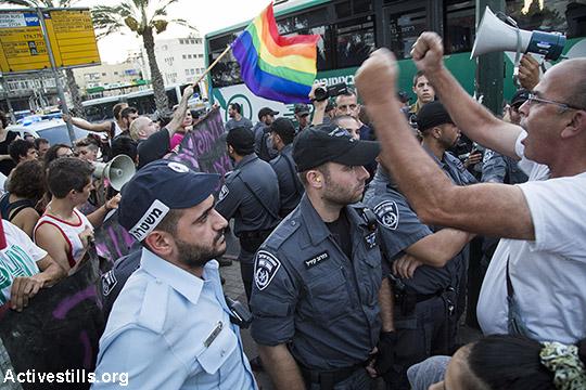 """שוטרים בין הפגנות """"גאווה בסולידריות"""" הימין הקיצוני (אקטיבסטילס)"""