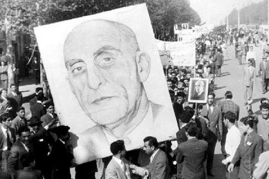 """סמל הדאווה, הפטריוטיות והעצמאות האיראנית. תמונתו של ד""""ר מוחמד מוסדק נישאת בידי תומכיו. איראן, 1953"""