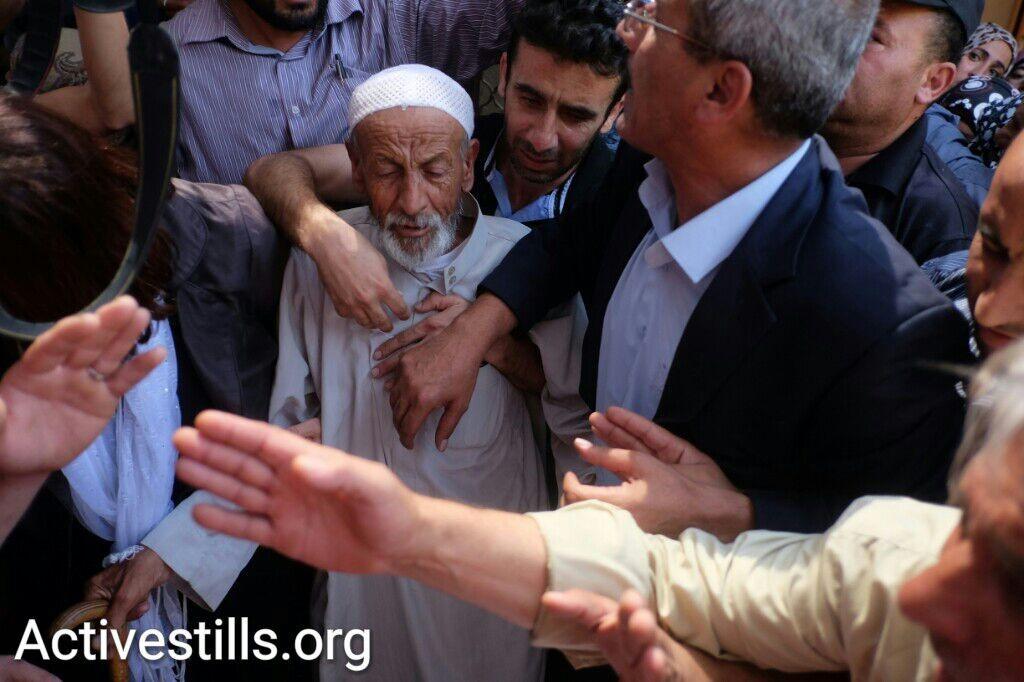 אביו של סעד דוואבשה בהלווית בנו. סעד מת מפצעיו שבוע אחרי הצתת ביתו בכפר דומא (יותם רונן / אקטיבסטילס)