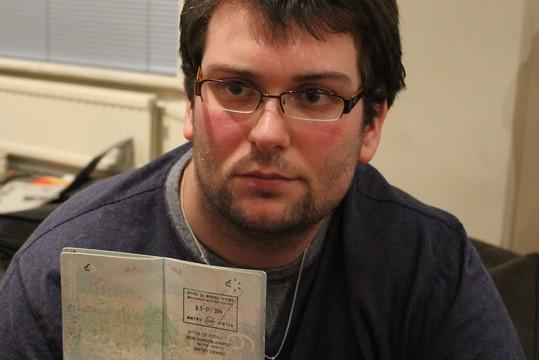 גארי ספדינג עם חותמת הסירוב בדרכון (Aaron Dover)