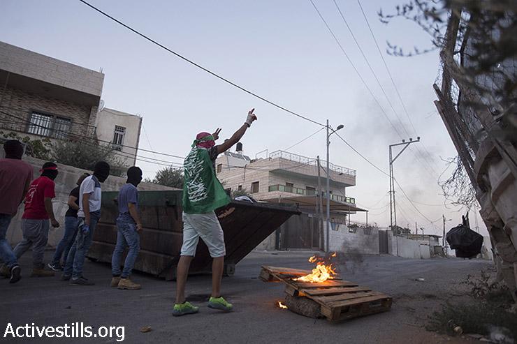 צעירים פלסטינים מפגינים סולידריות עם שובת-הרעב מוחמד עלאן, שכונת עיסוואיה, מזרח ירושלים, 19 אוגוסט, 2015. (פאיז אבו-רמלה / אקטיבסטילס)