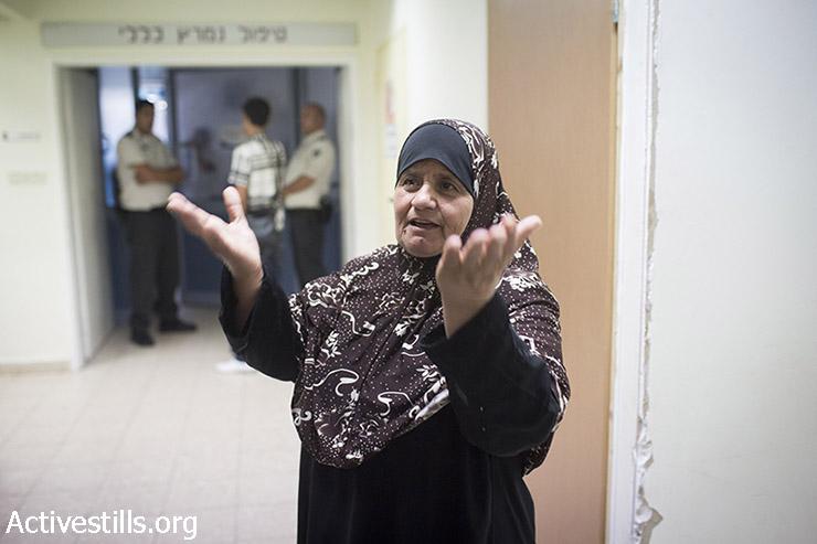 מאזוזה, אמו של העציר המנהלי שובת הרעב מוחמד עלאן, מחכה מחוץ לחדרו בביה״ח ברזילי באשקלון, 18 באוגוסט 2015. (אורן זיו/אקטיבסטילס)