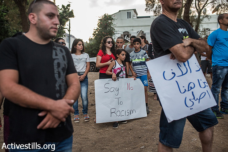 תושבות יפו מפגינות נגד התוכנית לבניית פרוייקט מגורים ליהודים באמצע השכונה הפלסטינית עג'מי, יפו. 22 באוגוסט 2015. (יותם רונן/אקטיבסטילס)