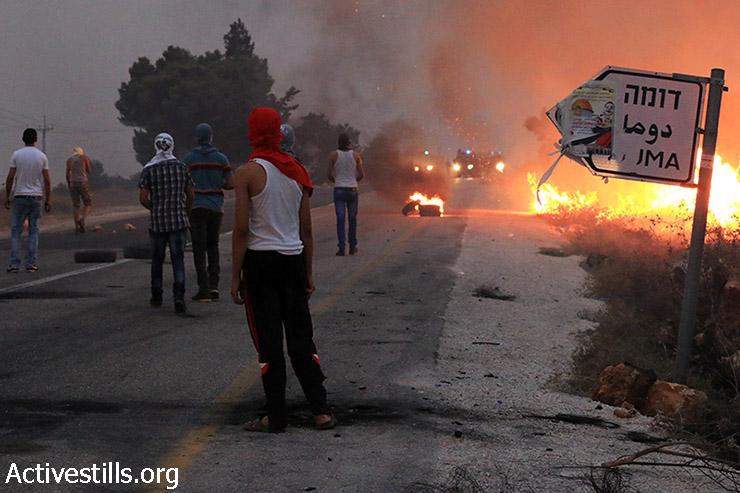 צעירים מפגינים נגד התקפה על משפחת דוואבשה, דומא, הגדה המערבית, 2 אוגוסט, 2015. (אחמד אל-באז / אקטיבסטילס)