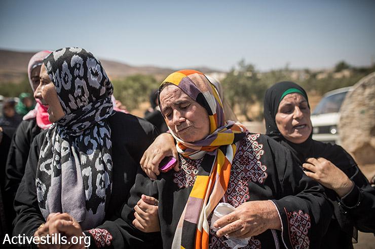 אמו של סעד דוואבשה מתמוטטת במהלך הלוויתו בכפר דומא, 8 אוגוסט, 2015. (יותם רונן / אקטיבסטילס)