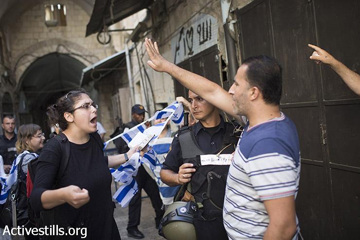 פלסטינים תושבי העיר העתיקה ומתנחלים מתווכחים בכניסה למתחם אל-אקצא, אוגוסט 9, 2015. (פאיז אבו-רמלה / אקטיבסטילס)