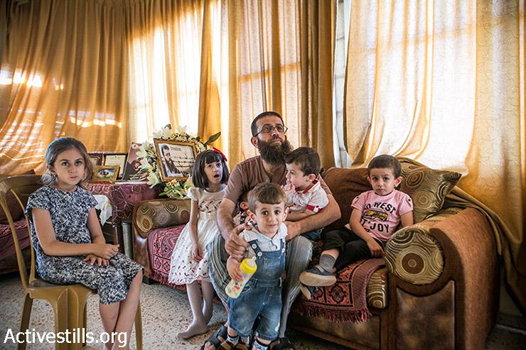 האסיר המשוחרר חאדר עדנן מצטלם עם משפחתו לאחר שחרורו השני מבית כלא ישראלי, לאחר שביתת רעב שנייה נגד המעצר המנהלי בו הושם, הכפר ערבה, הגדה המערבית, 12 אוגוסט, 2015. (אחמד אל-באז / אקטיבסטילס)