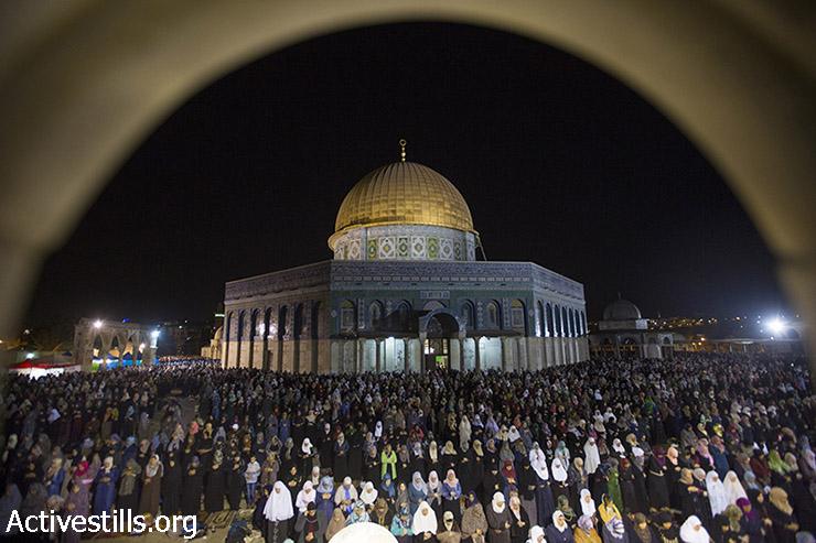 מוסלמים פלסטינים מתפללים במהלך ליילת אל-קאדר, מחוץ לכיפת הסלע במתחם מסגד אל-אקצא בעיר העתיקה בירושלים, 13 ביולי, 2015. ליילת אל-קאדר  (הלילה של הגורל), נחגג ביום ה -27 של חודש צום הרמדאן, ומציין לפי הדת המוסלמית את הלילה שבו התגלו הפסוקים הראשונים של הקוראן לנביא מוחמד באמצעות המלאך גבריאל. (פאיז אבו רמלה/אקטיבסטילס)