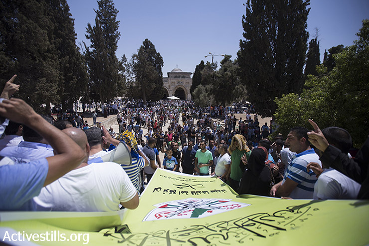 פלסטינים במתחם מסגד אל-אקצא מוחים נגד קריאות אנשי ימין ישראליים, לאפשר ליהודים להתפלל בתוך המתחם. העיר העתיקה של ירושלים, 24 ביולי, 2015. (פאיז אבו רמלה/אקטיבסטילס)