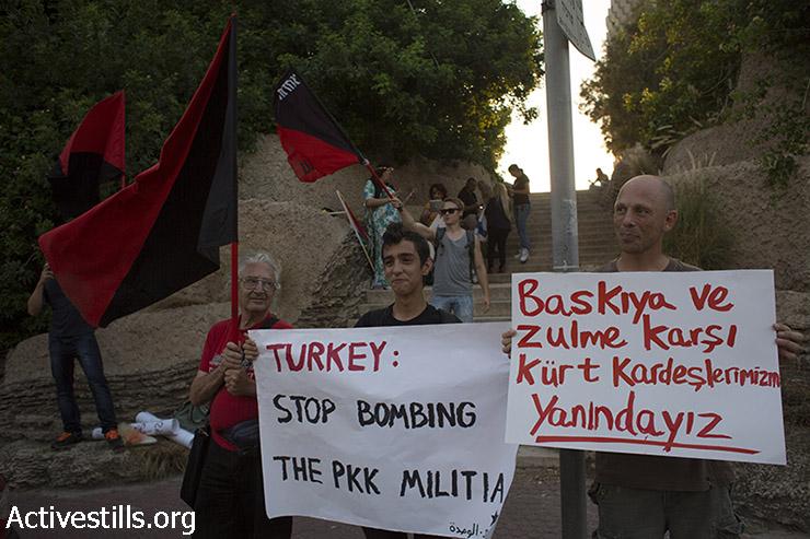 פעילים אנרכיסטים מוחים מול השגרירות הטורקית בתל אביב נגד ההתקפות האחרונות של הצבא הטורקי נגד המיליציות הכורדיות, 26 ביולי 2015. (אורן זיו/אקטיבסטילס)