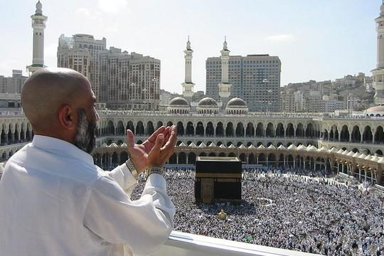עלייה לרגל במכה, מצווה שכל מוסלמי חייב לקיים פעם אחת לפחות במהלך חייו כדי להשלים את חובותיו לפני יום הדין. (מקור: ויקיפדיה. CC BY-SA 2.5 הועלה על־ידי Ali Imran)
