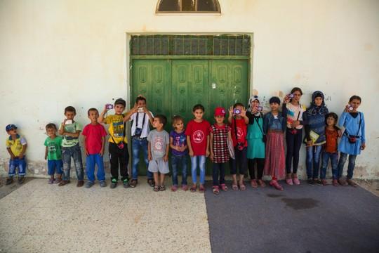 ילדי וילדות הכפר הבדואי אום אל-חיראן שמשתתפים בסדנת הצילום (צילום: אודי גורן)