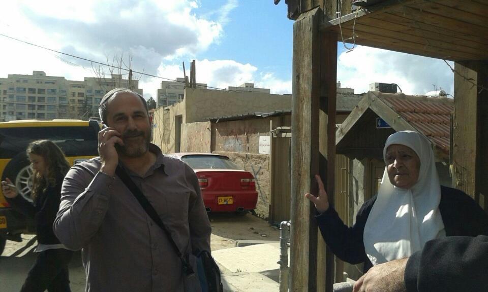 אריה קינג מפגין נוכחות מול בית משפחת שמאסנה (אורלי נוי)