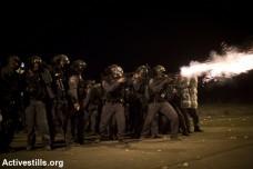 שוטרים יורים לעבר מפגינים בעיירה חורה, נגד תוכנית פראוור, 2013 (אקטיבסטילס)