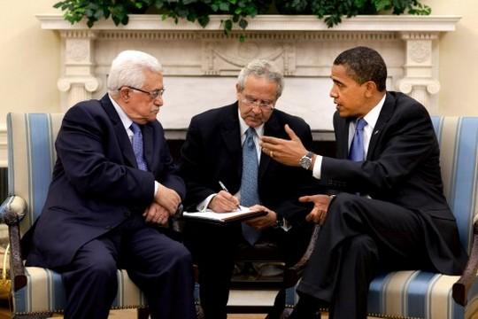 ברק אובמה, מחמוד עבאס ומתרגם, 2009 (פיט סוזה, הבית הלבן)